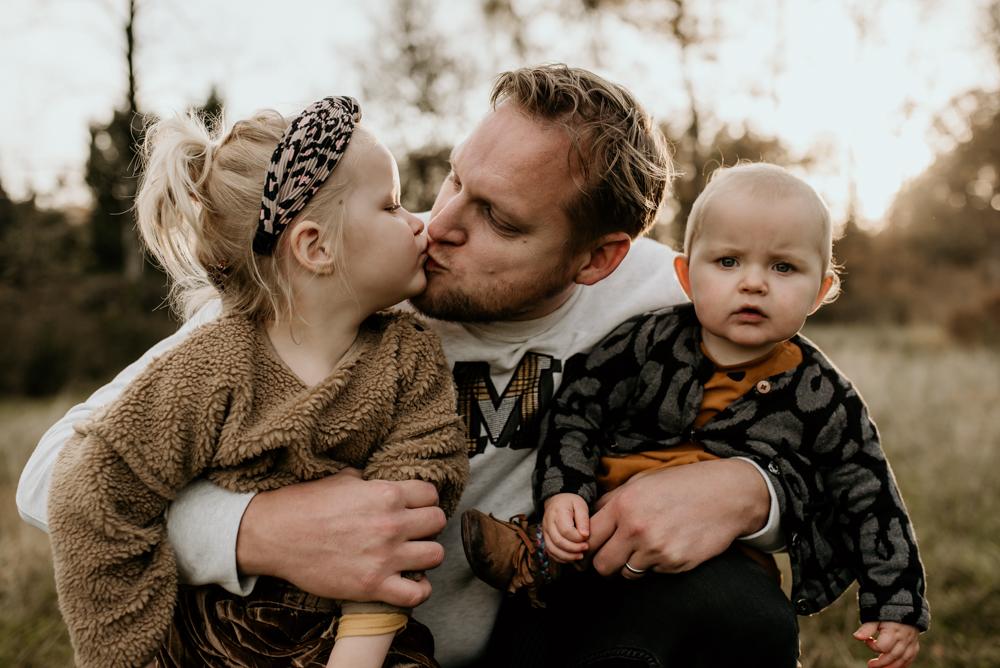 Papa met dochters kusjes