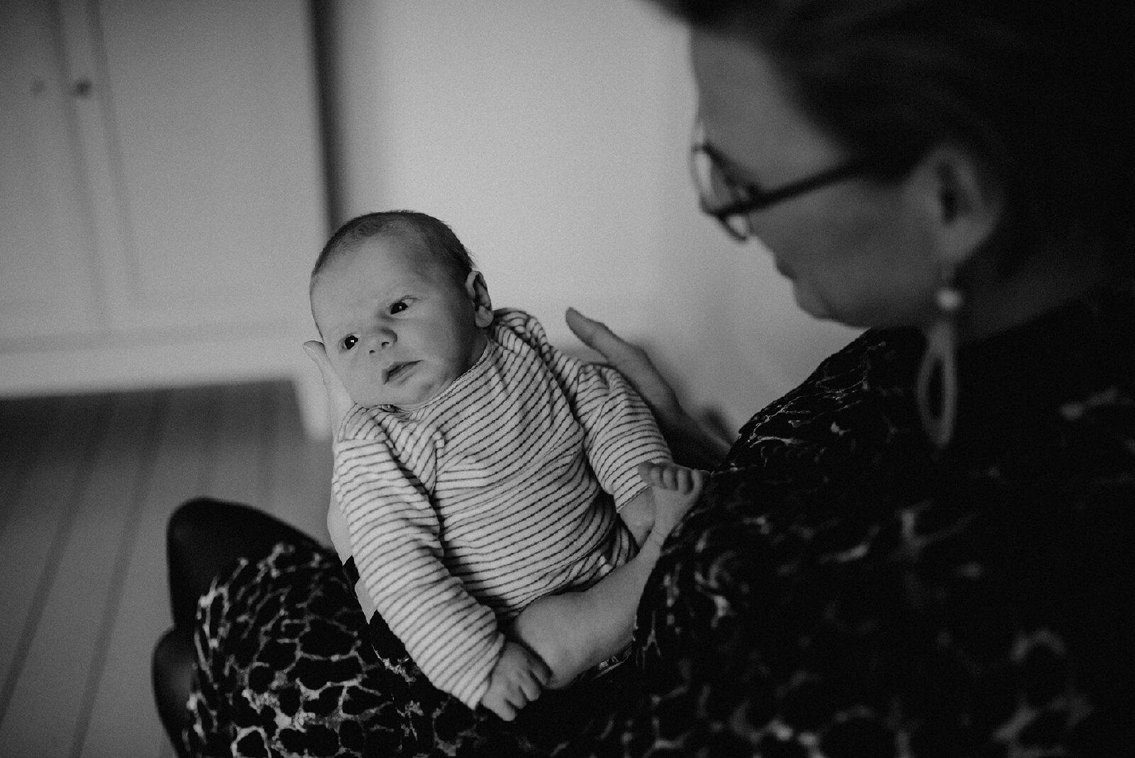 newborn op mama's arm zwart wit
