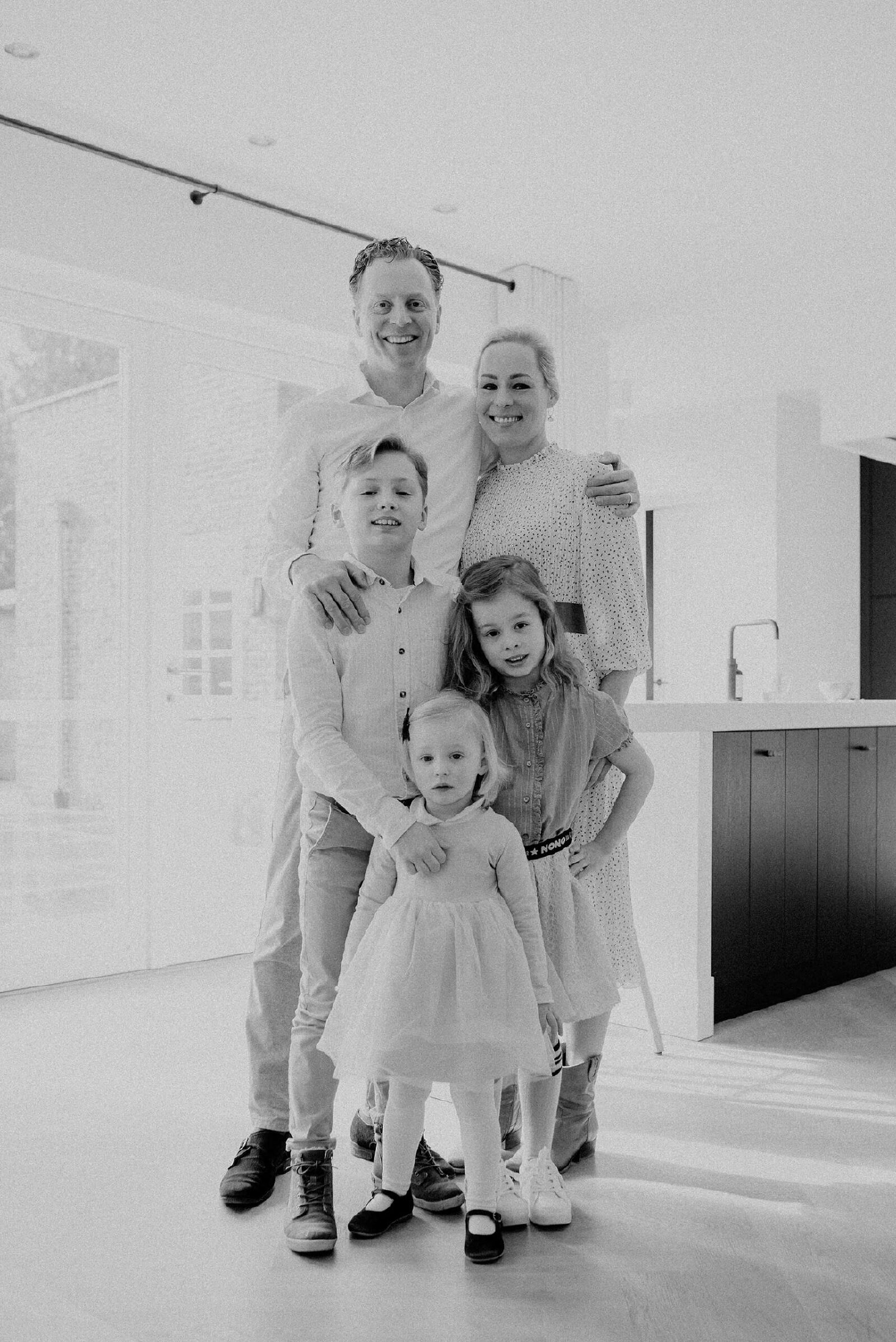 zwart.wit gezin samen thuis