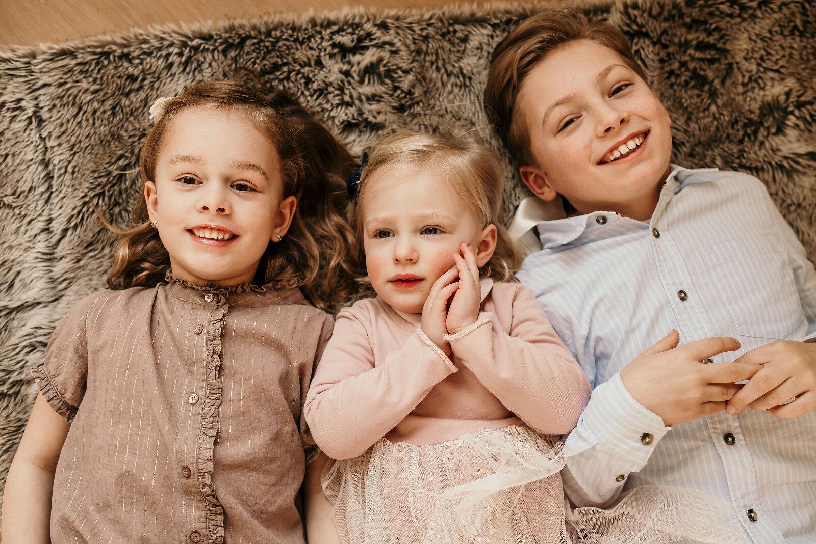 kinderen liggend lachend