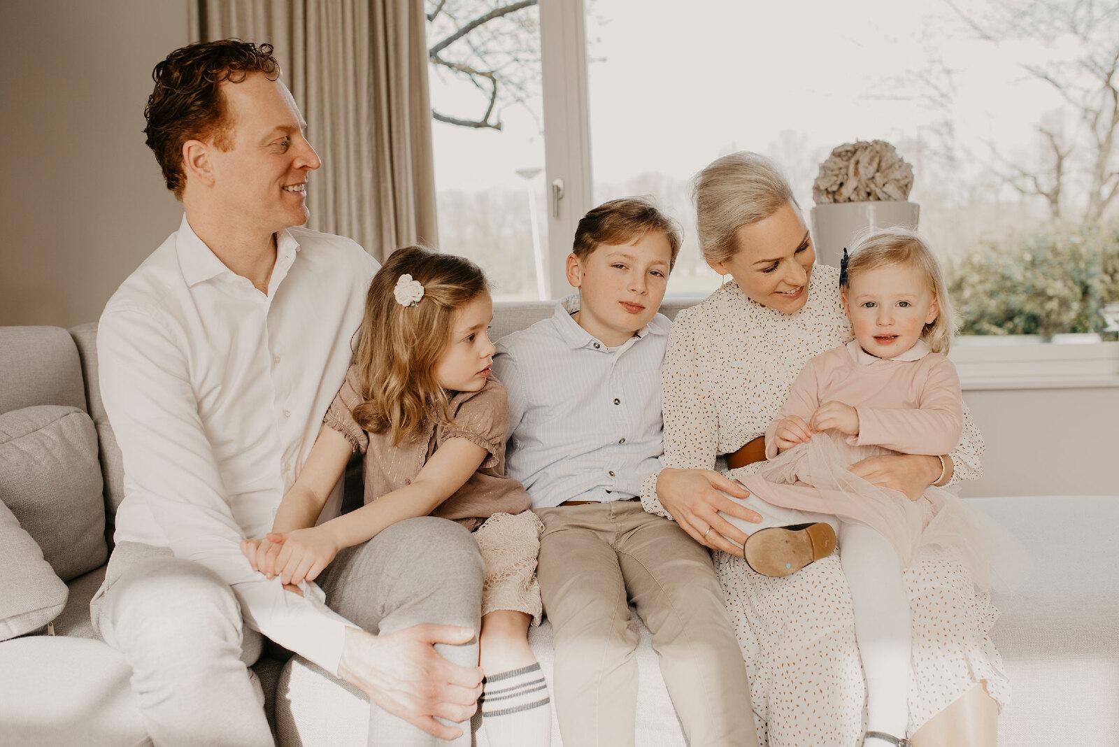 familie fotoshoot thuis op de bank