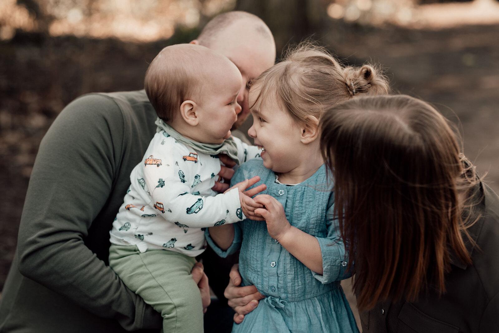 Familiefotoshoot met kinderen en ouders buiten