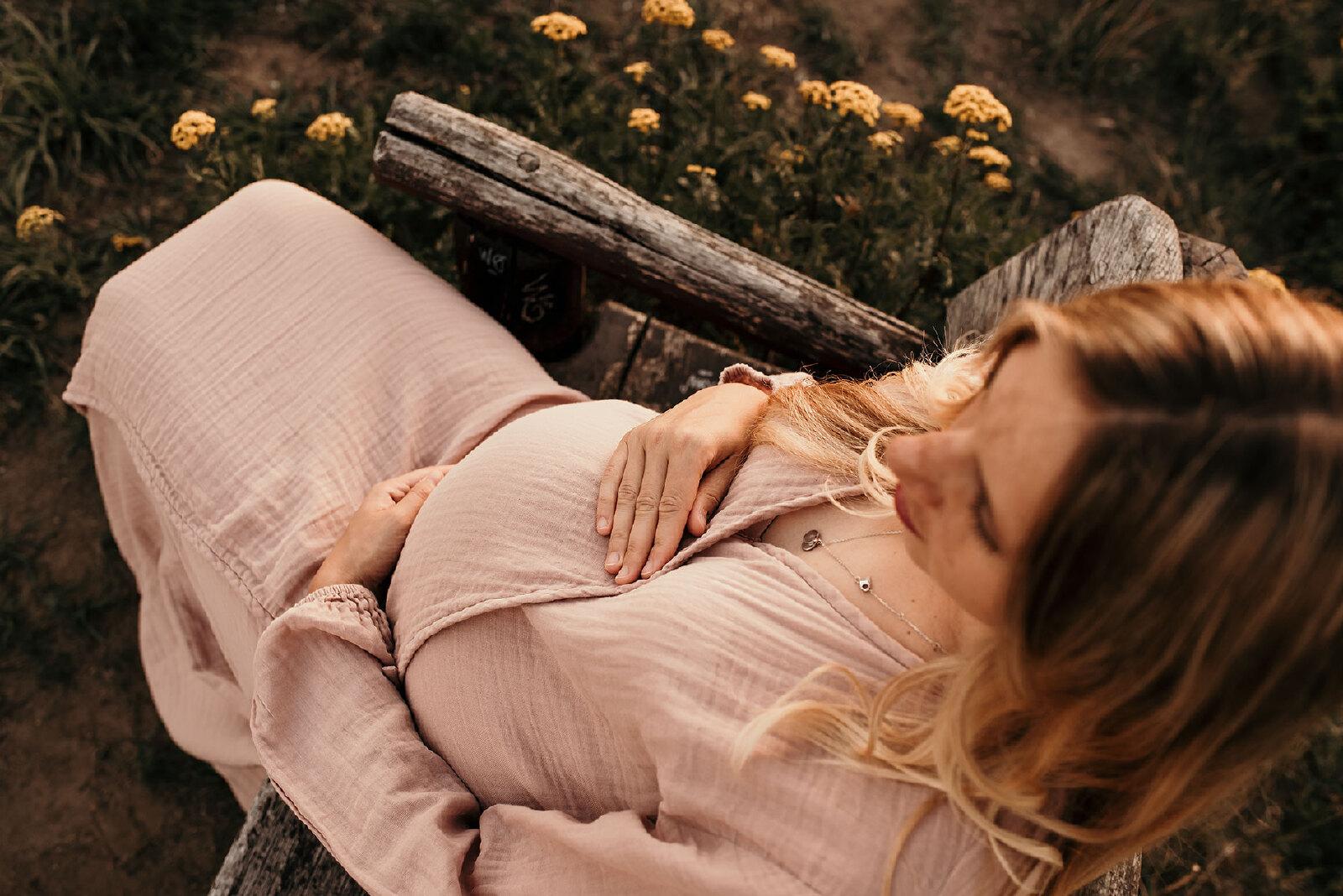 Zwanger buiten van boven fotografeert in Losser