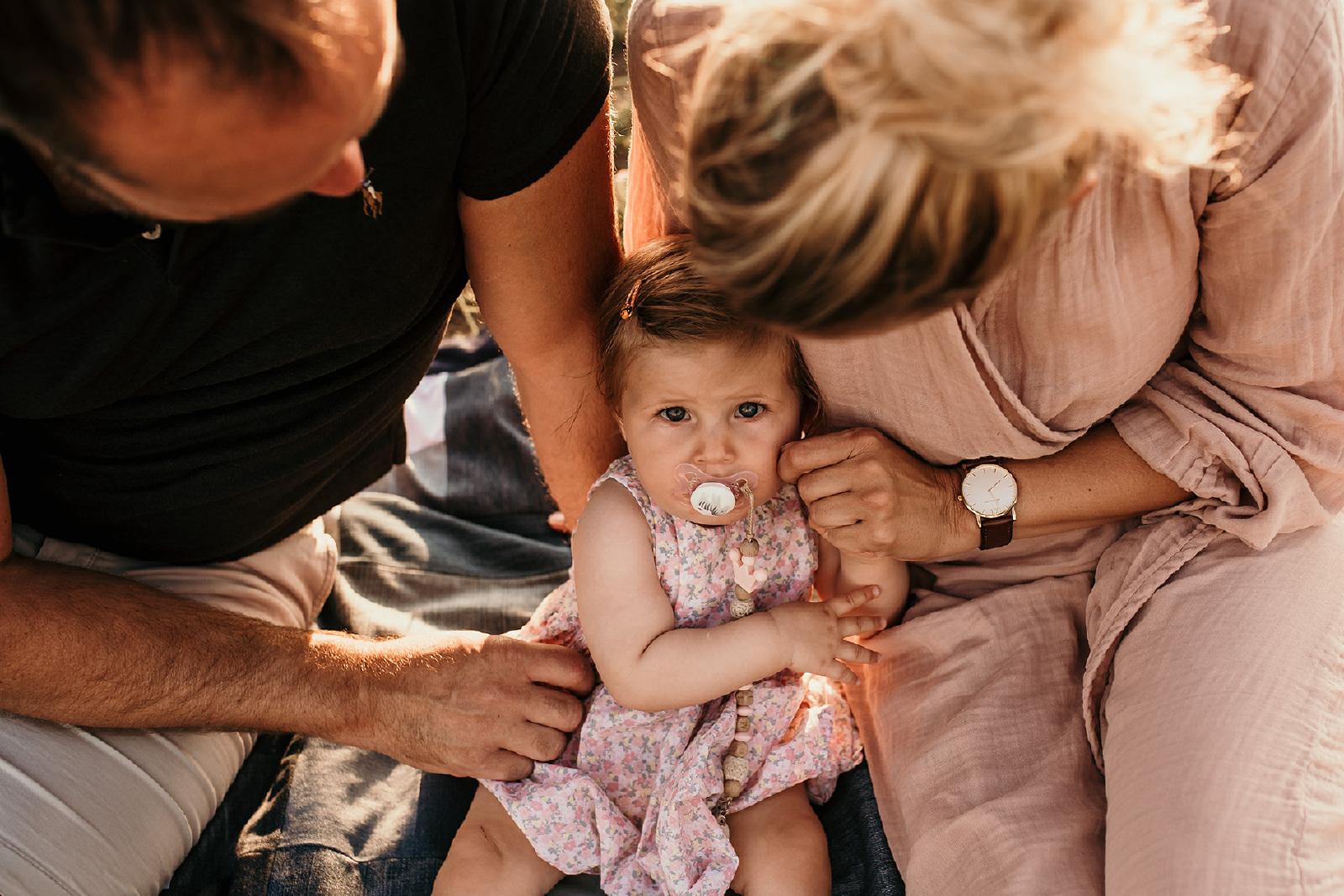 familie fotografie baby tussen ouders