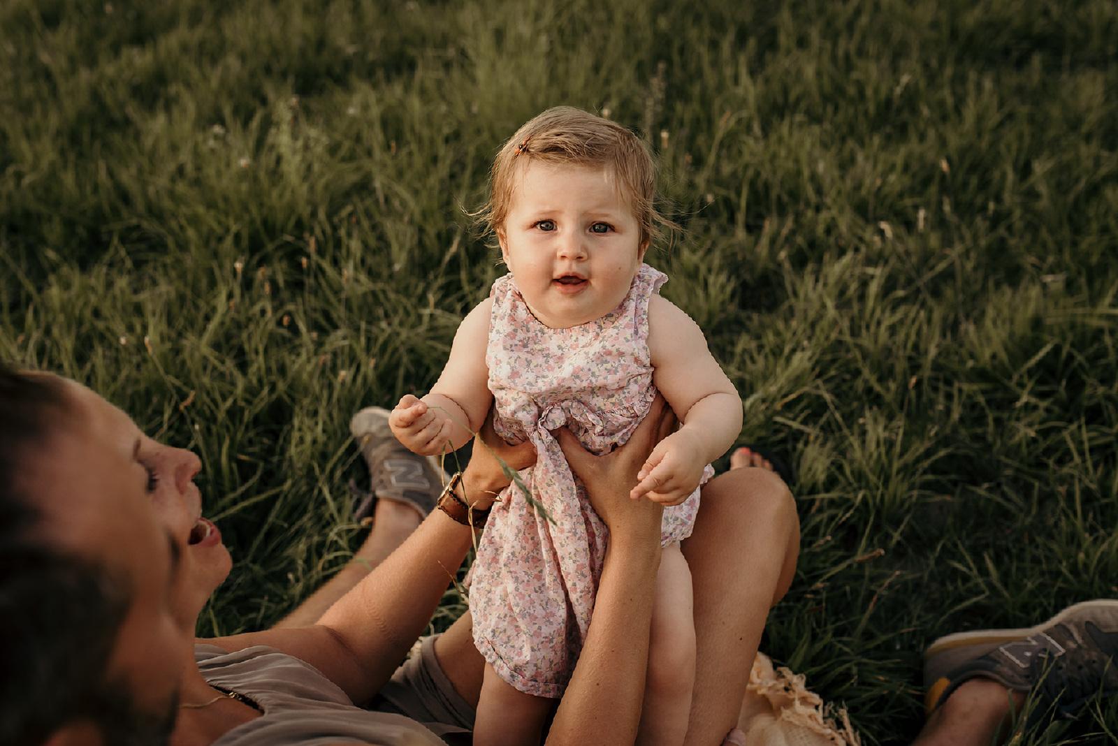 fotoshoot van baby op een grasveld