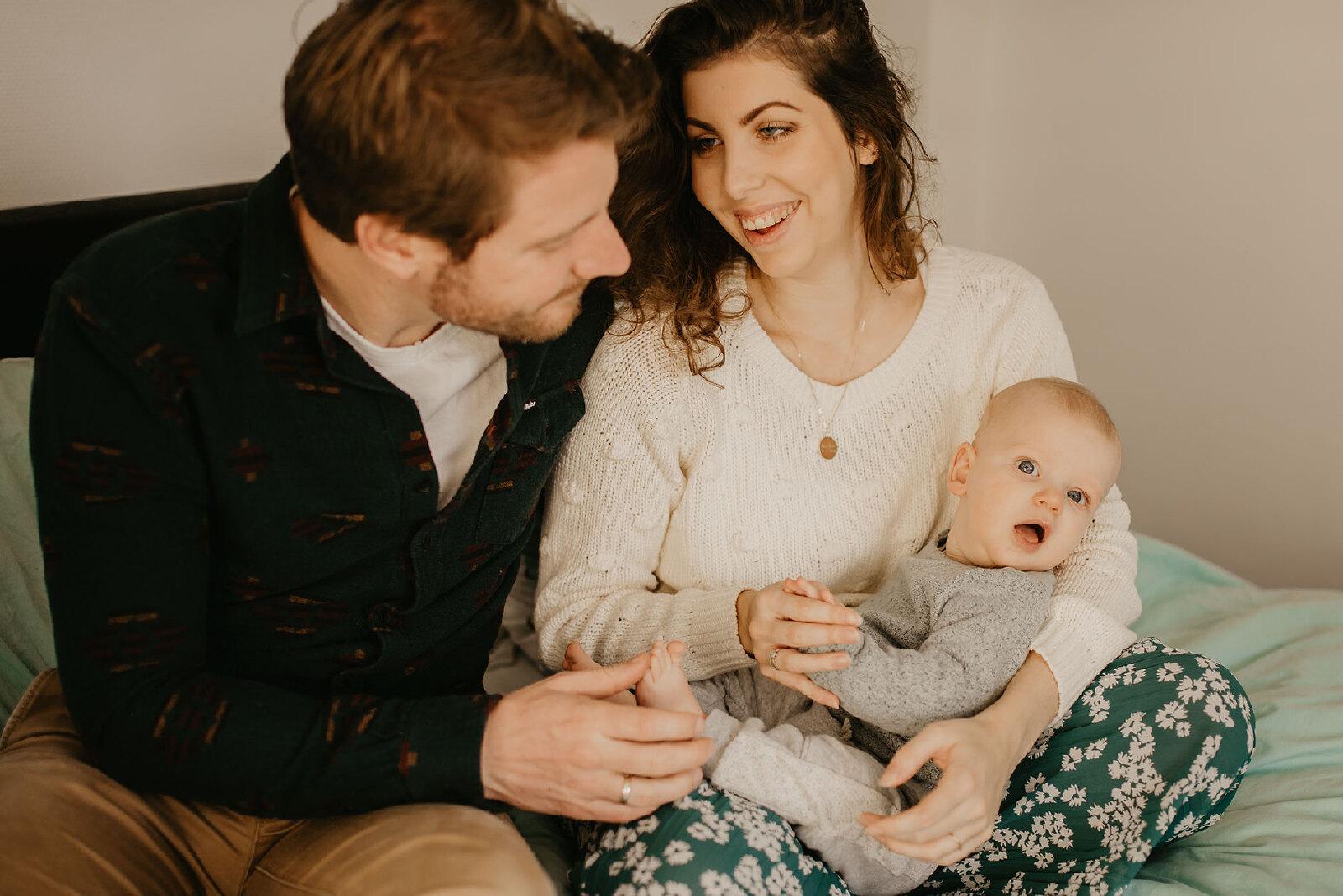baby fotoshoot met ouders binnen lifestyle Oldenzaal
