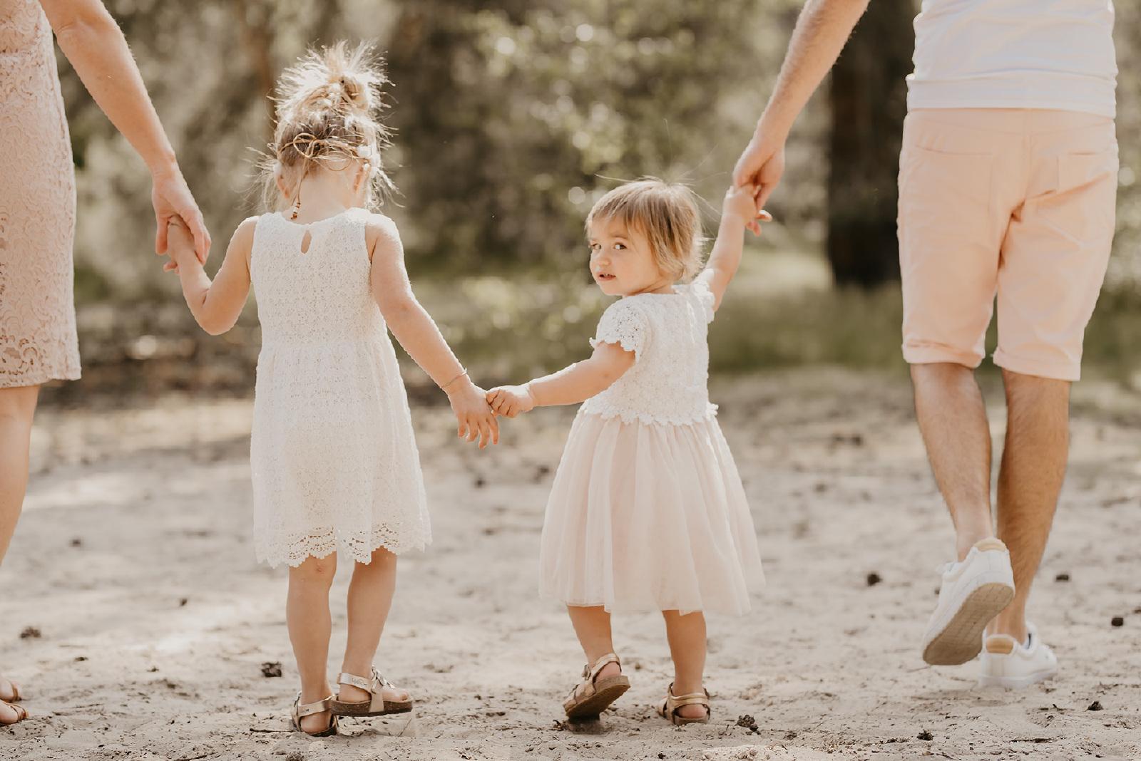 kinder fotografie met ouders an de handen Lutterzand