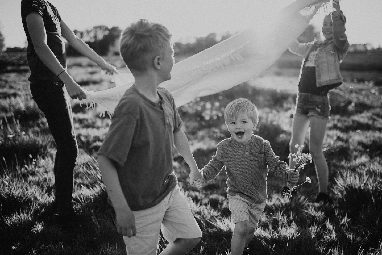 Kinder fotoshoot zomer zwart.wit avond zon Enschede