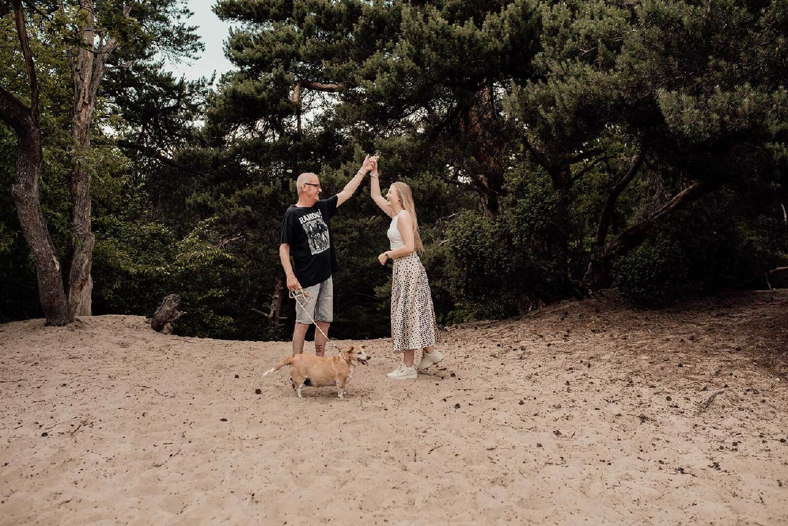 familie fotoshoot Overijssel buiten dansen
