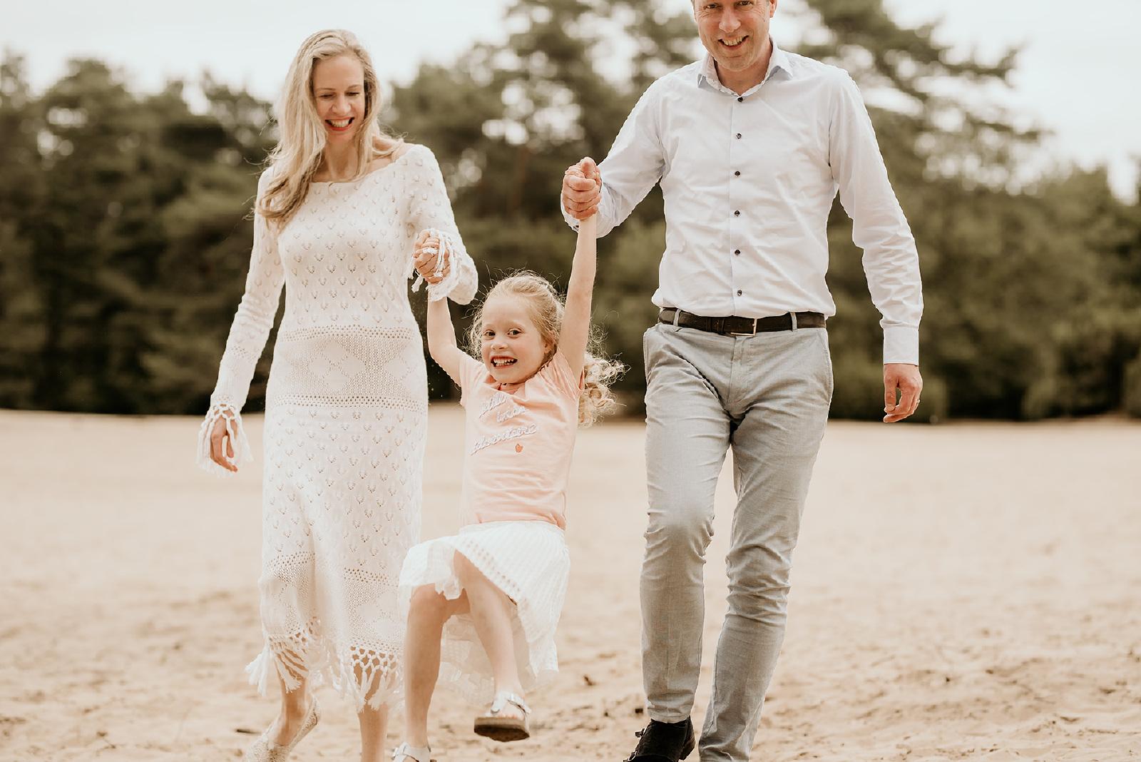 fotograaf enschede familiefoto buiten lachen zand