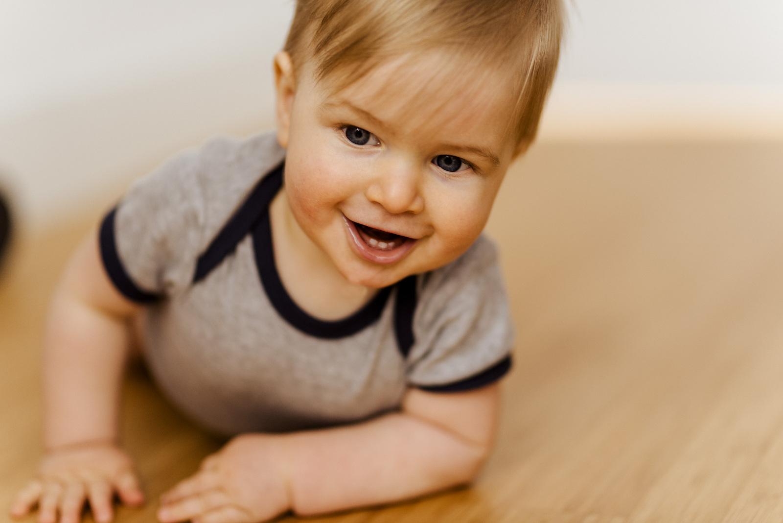 baby kruipend 9maanden binnen