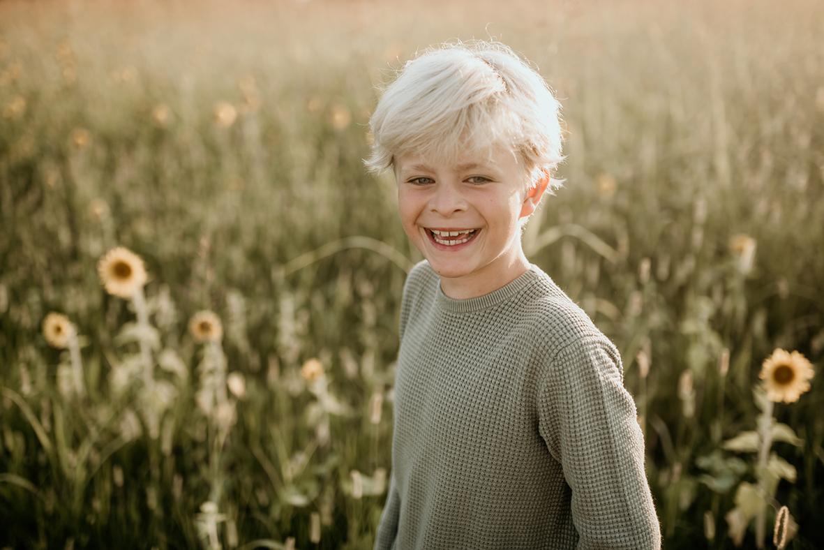 jonge fotoshoot Enschede zonnebloemen